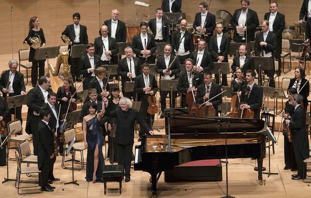 画像: 日本公演の様子。指揮者のラトル、ソリストのユジャ・ワンと並んでコンサートマスターの樫本大進の姿も見える (c) Monika Rittershaus