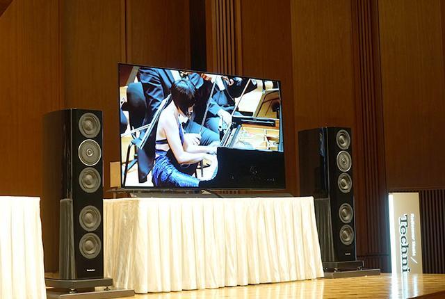 画像: 記者会見には、ベルリン・フィルの技術パートナーであるパナソニック製の有機ELテレビ(TH-77EZ1000)とテクニクス製オーディオシステムが用意され、作品のトレーラーやサントリーホールと同楽団との結びつきをまとめたビデオなどが披露された