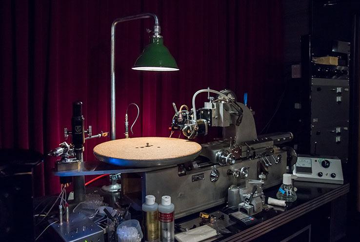 画像: 人気の独ノイマン製ではなく、米スカーリー製カッティングレースを用いてラッカー盤を制作した