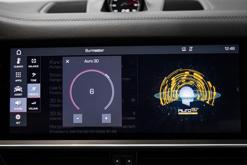 画像: ポルシェのヘッドユニット上のイマーシブオーディオコントロール用画面。Auro-3Dの効果がわかりやすく表示されている