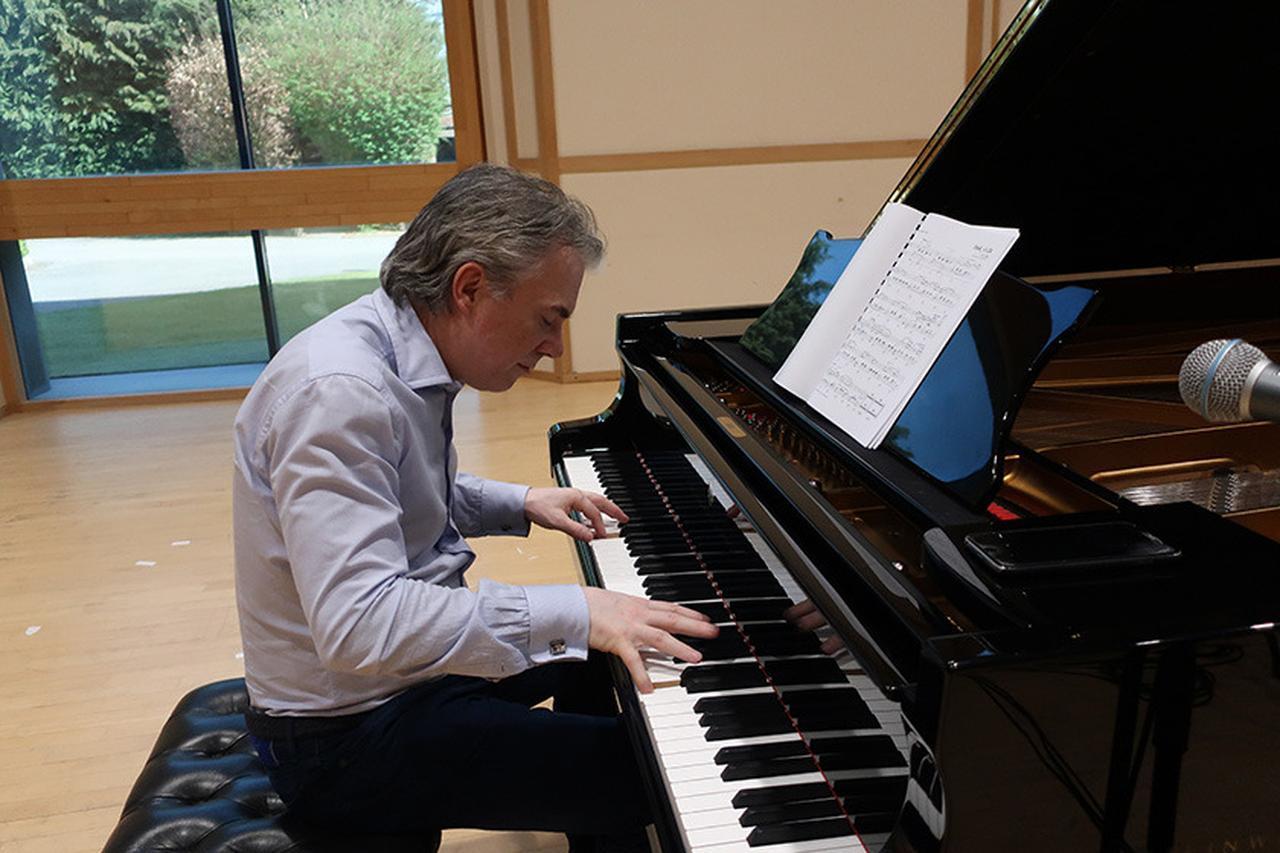 画像: 麻倉さんを歓迎してピアノを一曲演奏してくれた