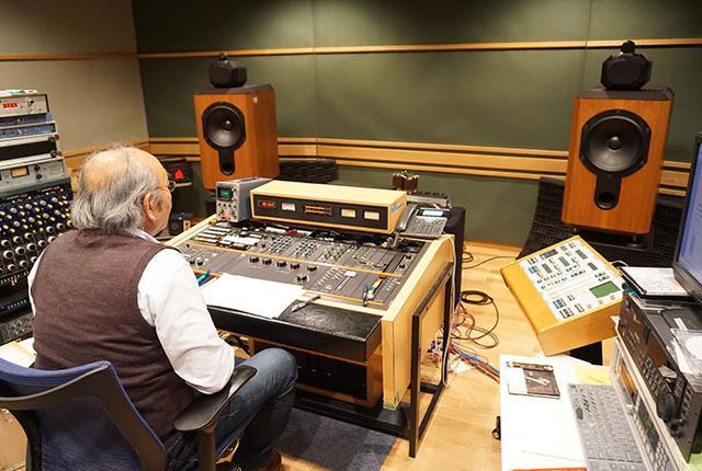 画像: この部屋は、日本コロムビアのマスタリングスタジオ。後ろ姿での登場は、名カッティングエンジニア武沢茂さん