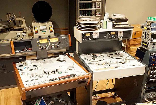 画像: スチューダー「A820」(左)と「A80」(右)、2台のアナログテープレコーダーを駆使して作業が行なわれた。左奥にあるのが、名機ノイマンのカッティングマシン