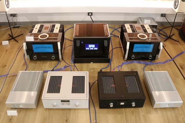 画像: スピーカーの間には各社パワーアンプがセッティングされていたが、中央には先月発表されたばかりのPS AUDIOのクリーン電源「P20」が早くも稼働していた