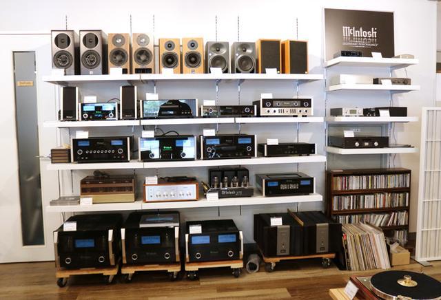 画像: 試聴システムの左の壁にはMcIntoshコーナーを設置。各種往年の銘機が鎮座している