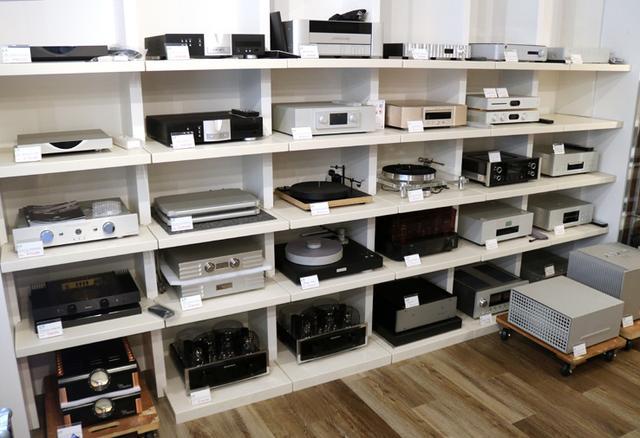 画像: 試聴位置後方の壁には一面にラックが設置され、各種機器が展示されている。デンマークのハイエンドブランド「Bergmann」の動きがいいそうで、その他にも、独「EINSTEIN」、米「Dan D'Agostino」なども普通に置かれている