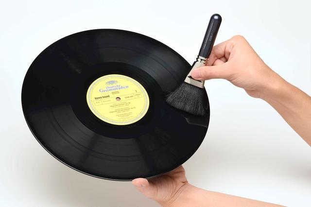 画像: レコードをブラッシングしやすいようコシを最適化した