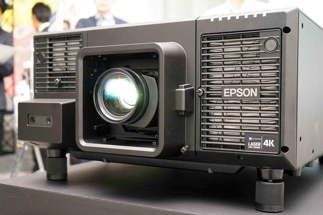 画像: 「EB-L12000Q」のレンズは交換式で別売り。既存のL1700シリーズ用レンズと共用できる。色域はBT.709をカバーしているという