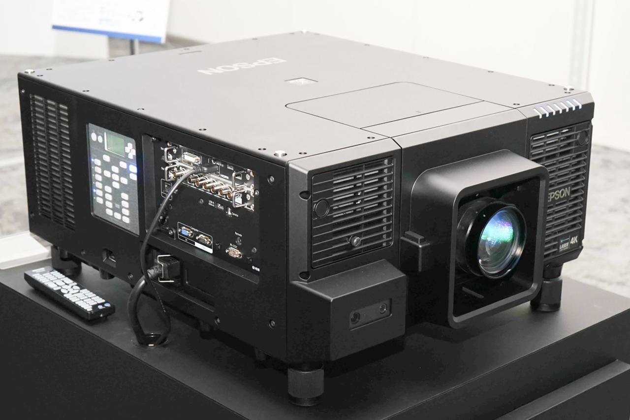 画像: 筐体は幅62×高さ28×奥行72cm、質量約50kg。光出力のスペックからすると比較的小型なのだという