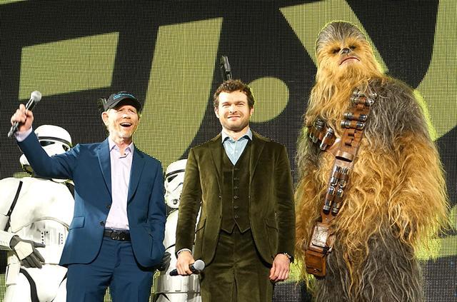画像: 左からロン・ハワード監督、オールデン・エアエンライク、チューバッカ