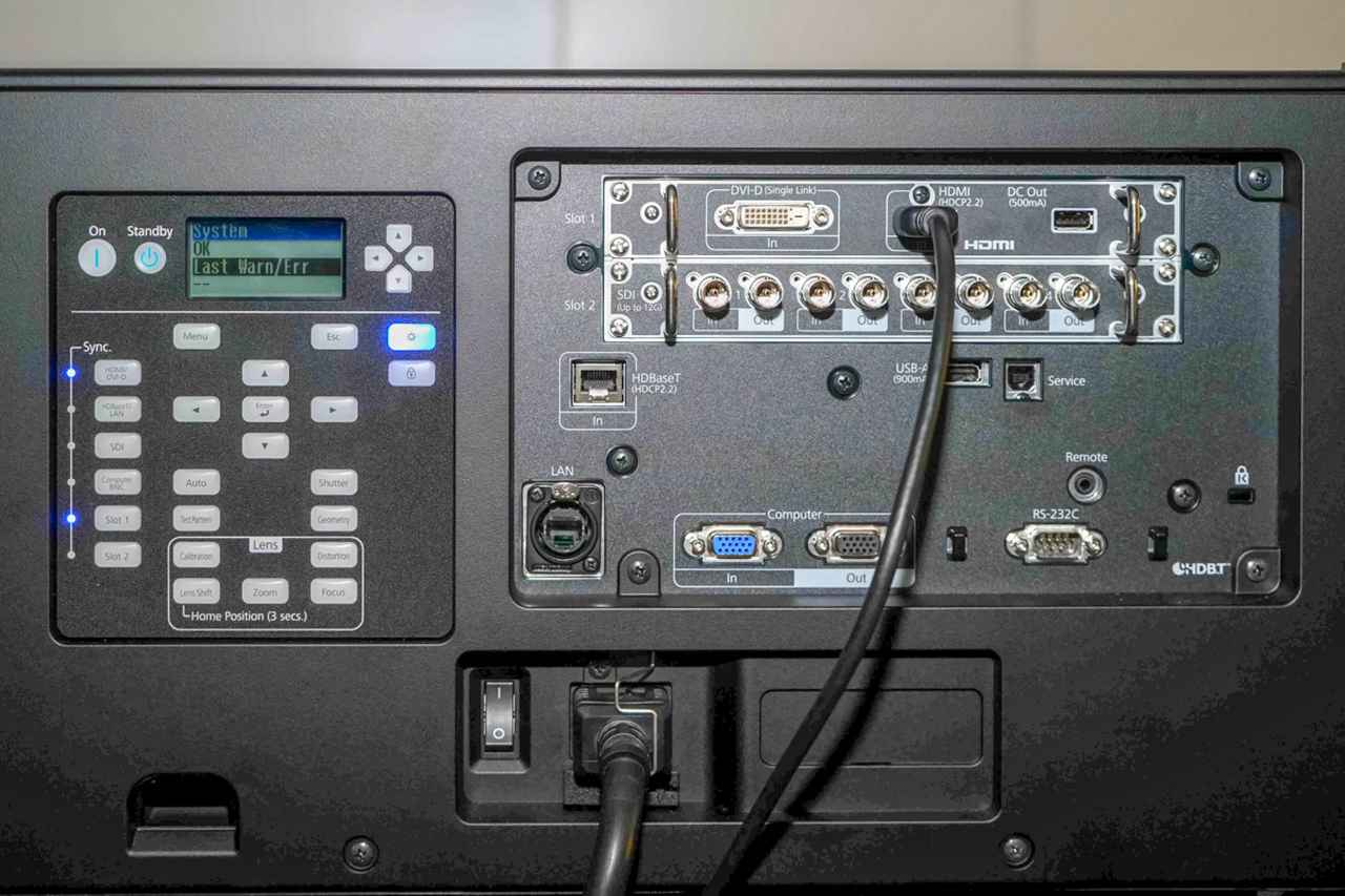 画像: 本体の入力端子は、HDCP2.2対応のHDMI入力のほか、12G SDI端子も搭載、業務用インターフェイスを備えている