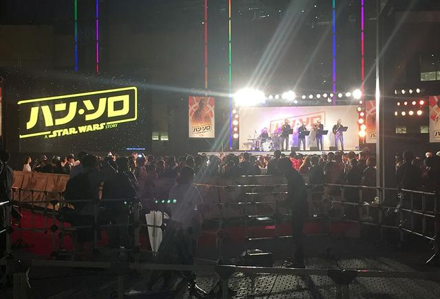 画像: 会場に入りきれないファンが外からイベントを見学していた