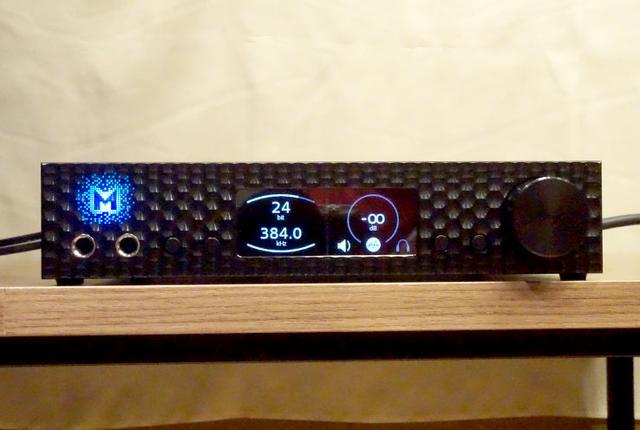 画像: フロントパネル。中央のディスプレイの両脇に2個ずつ操作ボタンがある。ヘッドフォン端子は6.3mmフォーンを2系統備える