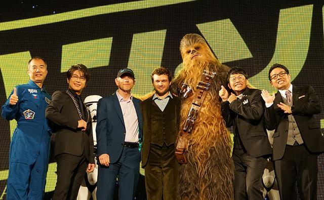 画像: 今回日本語吹き替えにも参加した及川光博さん(左から2番目)や宇宙飛行士の野口聡一さん(左)、ミキのおふたり(右端)を加えて記念撮影