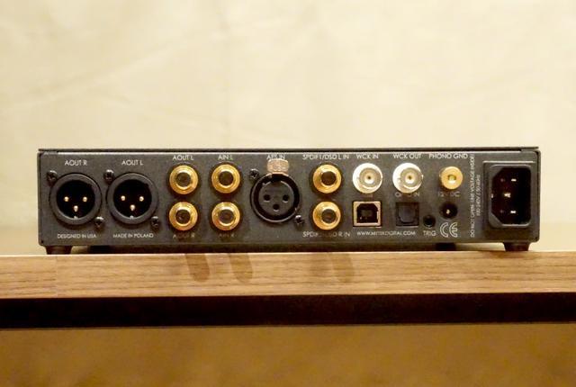 画像: 背面パネル。左のXLRとRCAがアナログ出力。中央のXLRはAES/EBUデジタル入力。注目はMM/MC対応のフォノ入力を備える点