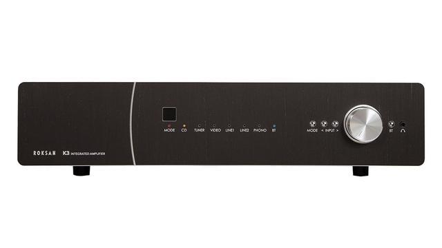 画像: K3 INTの寸法/質量は幅432×高さ105×奥行380mm/14kg。赤外線リモコンが付属する