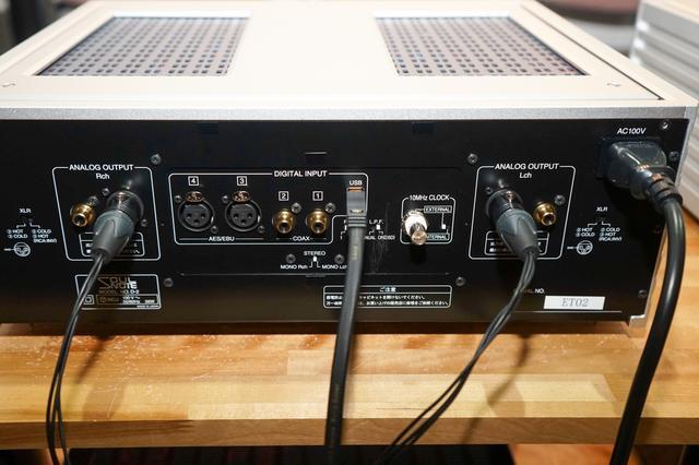 画像: 中央に備わるデジタル入力端子を挟み込むように左右のアナログ音声出力端子を装備している。なお、本機は通常のステレオDAC以外にも、モノーラルモードも備えており、本機を2台使ったツインDAC運用も可能だ