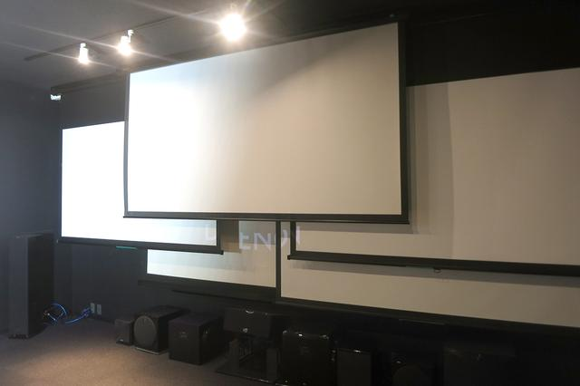 画像: 複数のスクリーンを備えるプロジェクタースタジオ