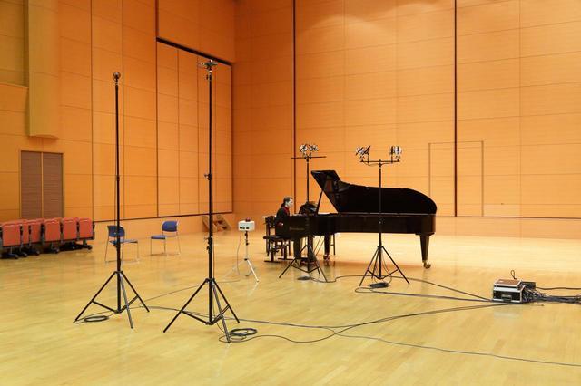 画像: 収録時のマイクセッティング。ワンポイント録音で使われたのが写真で見てピアノの右側にあるマイク。残りはマルチミックス録音に用いられている