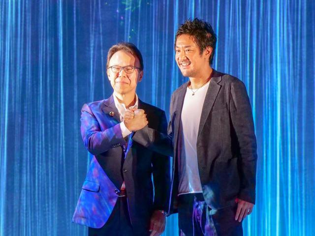 画像: エプソン販売株式会社 代表取締役社長 佐伯直幸氏(左)と、チームラボ代表 猪子寿之氏。両氏が今回のコラボレーションについて説明を行なった