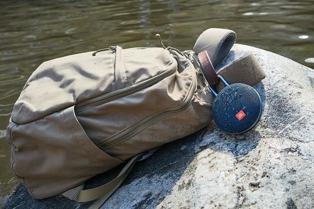 画像: 本体にビルトインされたクリップは、バックパックなどに簡単に取り付けられる