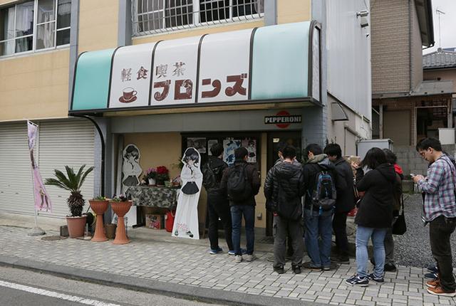 画像: アニメでも登場したメニュー「鉄板ナポリタン」を食べようと、軽食喫茶ブロンズには行列ができていた