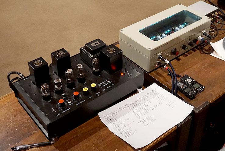 画像2: 一番左が新氏設計・製作のプリアンプ「TC1改」。その右の白い箱も新氏が設計・製作したフォノイコライザーアンプ「Nutube 6P1/連続可変カーブ型フォノイコライザーANuEQ1」だ。一番右上の小さいユニットは昇圧トランス「FM-MCT1000」(ノグチトランス)