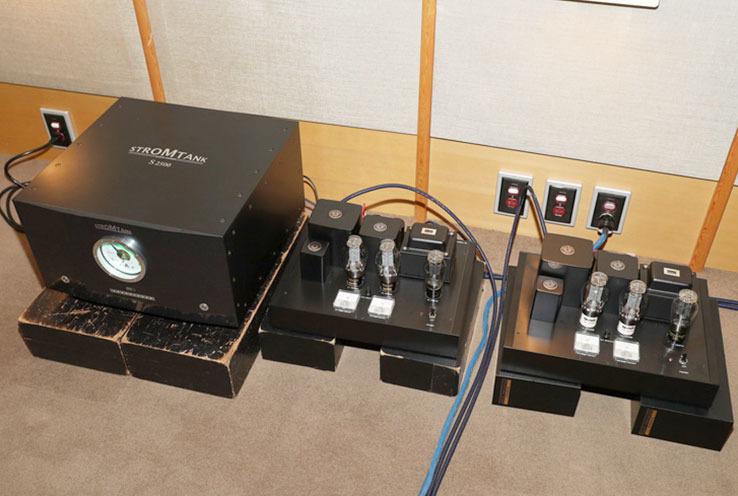画像: ストロームタンク「S2500」は右側パワーアンプ「AP7」より大きい。AP7は新氏が設計、製作したモデルで300Bプッシュプル・モノーラルパワーアンプだ