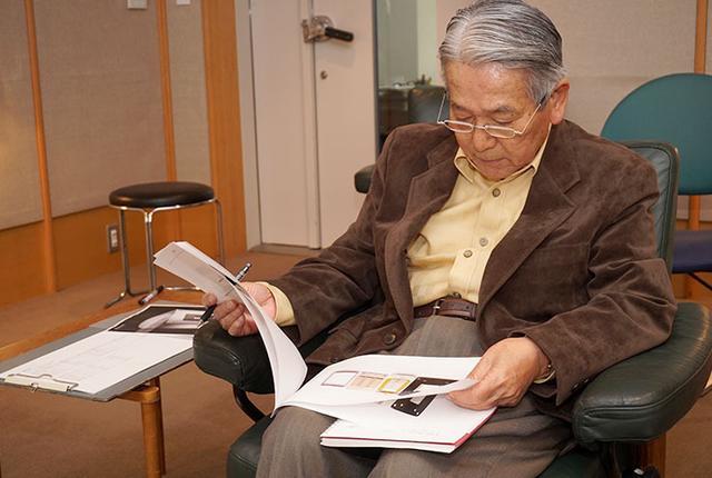 画像: リラックスした様子で資料に目を通す高津さん