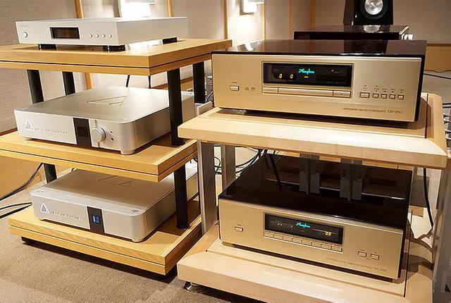 画像: Part2の試聴に使った機材。写真右はSACD/CDプレーヤーで、アキュフェーズ「DP950」(上)+「DC950」(下)。写真左は上がネットワークサーバーDELA「HA-N1ZS20/2」。中央と下はネットワークプレーヤーでそれぞれマージング・テクノロジーズの「NADAC Player」、「NADAC Power(電源部)」となる