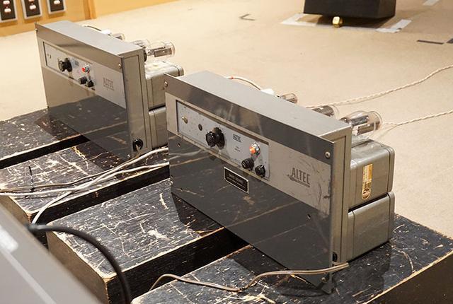 画像: パワーアンプのアルテック「1520T」。モノーラルのため、各チャンネル1台ずつの計2台を使っている