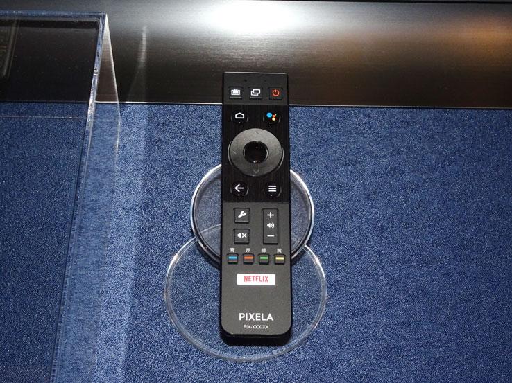 画像: PIXELAのSTBに付属するリモコン。中央のサークルキーの右上に「Googleアシスタントボタン」を装備する