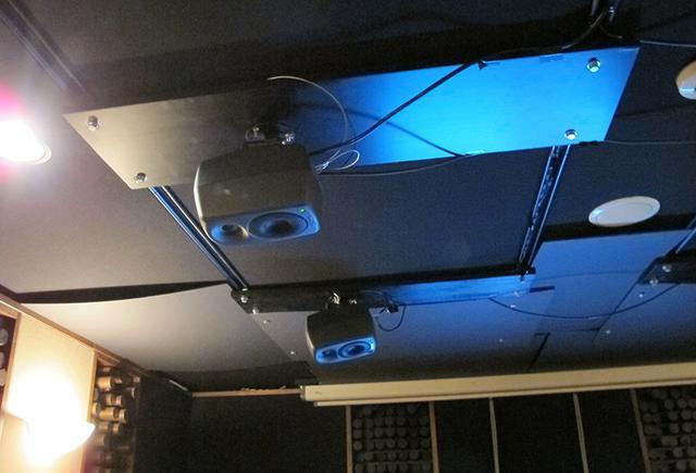 画像: 天井スピーカーはジェネレックの小型モデルが6本設置されていた