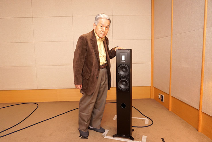 画像: カメラ目線のリクエストにも快く応じてくれた気さくな高津さん。一緒に映るモデルは、最後に聴いたトールボーイ型のPremium 701