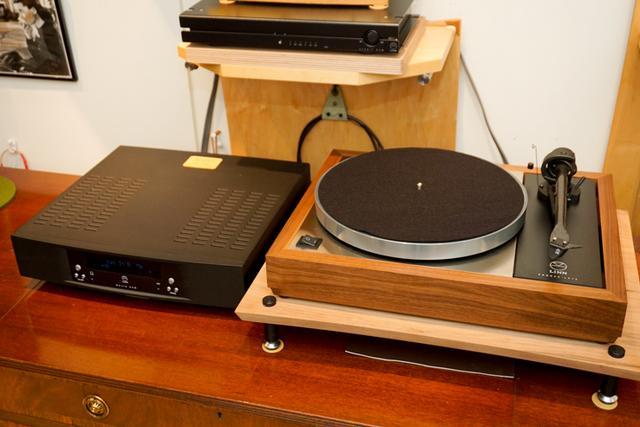 画像: PIEGAに組合せるプレーヤーは、LINNの「MAJIK DSM」(左)と「LP12」(右)