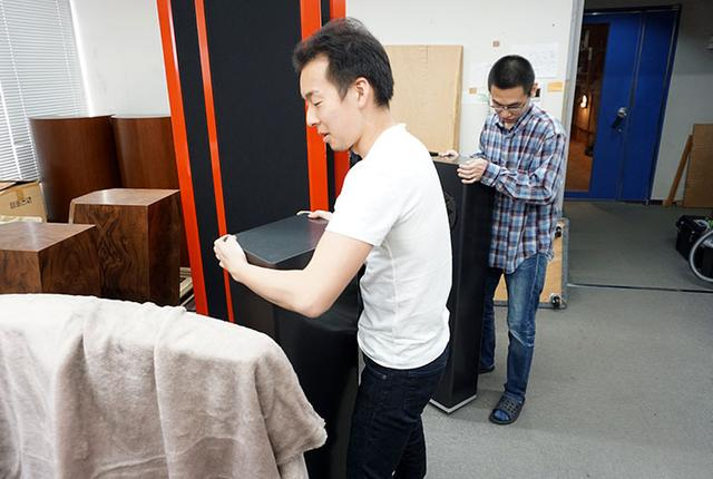 画像: 取材を終えると、スタッフがスピーカーを1本ずつ丁寧に運搬して入れ替える