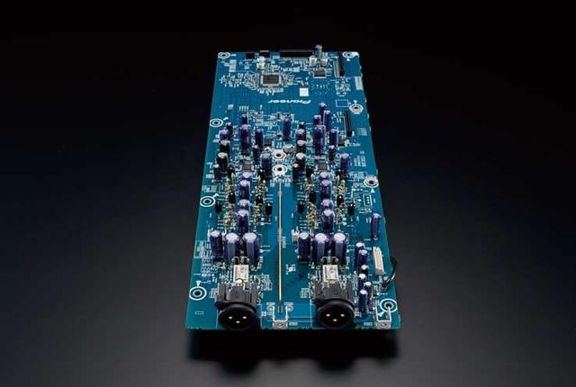 画像: オーディオ基板を取り出した状態。D/A変換部から出力部までL/R独立のフルバランス設計を採っている。DACチップはESSテクノロジー社製ES9026PROをチャンネルごとに合計2基搭載し、それぞれ8chパラレル駆動させることで、より高い精度でD/A変換させるという。バランス出力の際にはアンバランス出力をオフにでき、より高S/N、高セパレーションを追求できる