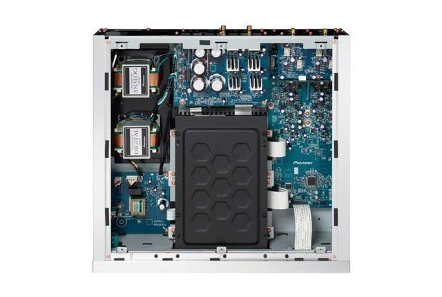 画像: 中央下部にSACD/CD対応のディスクドライブを、右側にはオーディオ基板を配置する。左側のEI型電源トランスはデジタル回路用とアナログ回路用をそれぞれ搭載し、電源基板もそれぞれディスクリートに搭載する仕様。これによりノイズの少ないクリーンな電源を供給できるとする