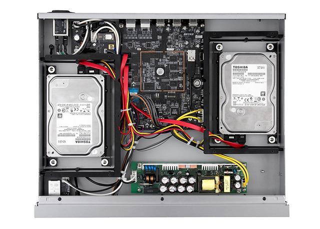 画像: ファンレスとなっているN1Aの内部。3.5インチHDDを「フローティングドライブマウンター」を介して格納するなど、不要振動を最小限にする工夫が随所に施されている