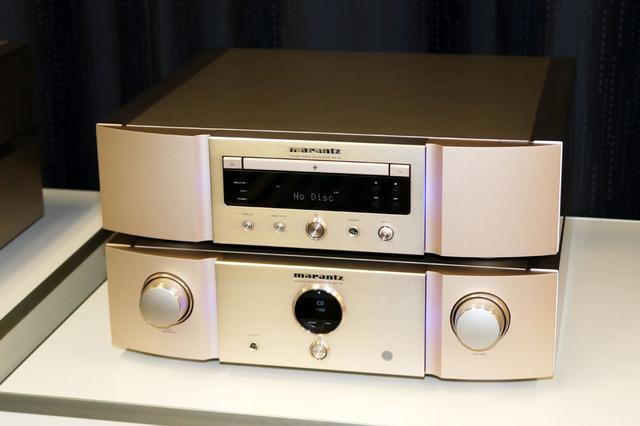 画像: SACD/CDプレーヤー「SA-12」(写真上)とプリメインアンプ「PM-12」。ともに7月中旬発売で、価格はそれぞれ30万円