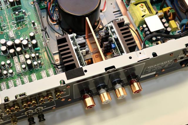 画像: PM-12のアンプモジュールとスピーカーターミナル部分。ダイレクトに接続されているので、設置場所も直近となる