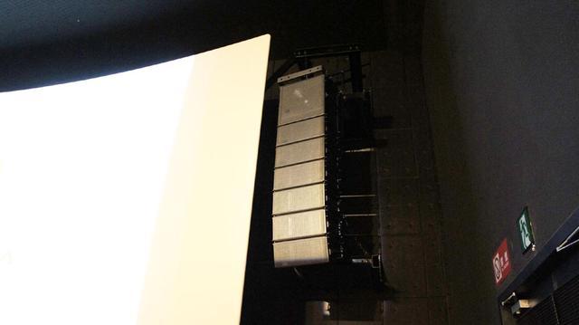 画像: スタジオaにあるメイヤーのアレイスピーカー。フロントチャンネルはスクリーンの両脇に配置