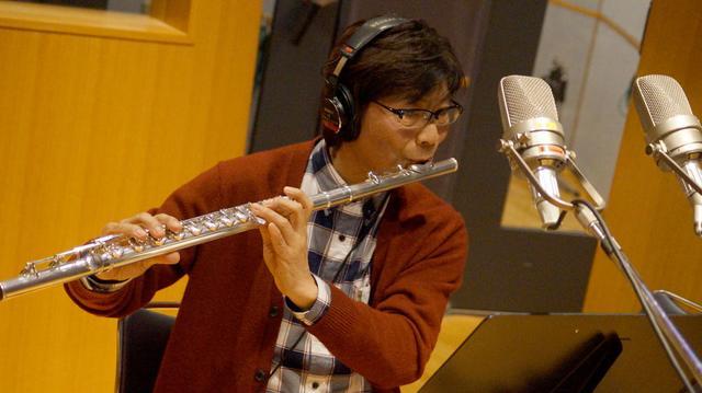 画像: ゲストフルート奏者の中川昌三氏。1曲目「ホワッツ・ゴーイング・オン」や9曲目「アイアンサイド・テーマ」でソロを担当している