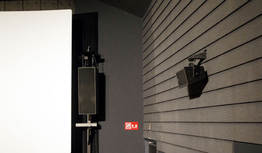 画像: スタジオbに設置されたメイヤーのスピーカー群