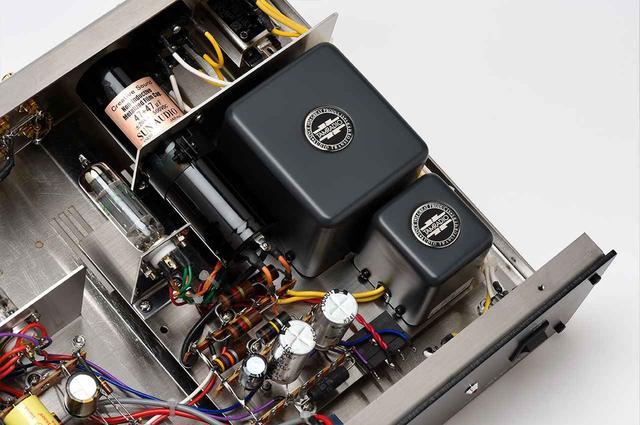 画像: 電源部。右にある大きい部品が、高い評価を得ている国産トランス、タムラ製作所製の電源トランスとチョークコイル。中央の円筒型パーツは、サン・オーディオオリジナルのブロック型メタライズド・フィルムコンデンサー