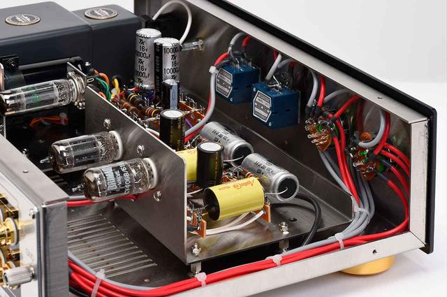 画像: 左に見える真空管が「CV4068」(BRIMAR製)。増幅部のオーディオキャップ製錫箔巻きコンデンサーとBMI製電解コンデンサー、A&B製カーボン抵抗は通常仕様からのグレードアップパーツ。共振防止対策として、サブシャーシをスペーサーで浮かせる構造としているのも特徴