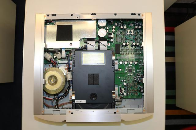 画像: SA-12の内部。ドライブメカはSA-10にも搭載されている「SACDM-3」。トランスもSA-10と同等のコアサイズ品を採用している