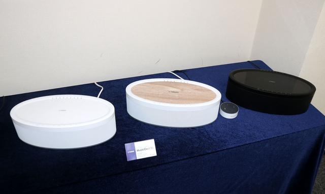 画像: MusicCAST50。本体色はブラックとホワイトの2色展開で、さらに天面が木目(ボディはホワイト)の3モデルがラインナップされる