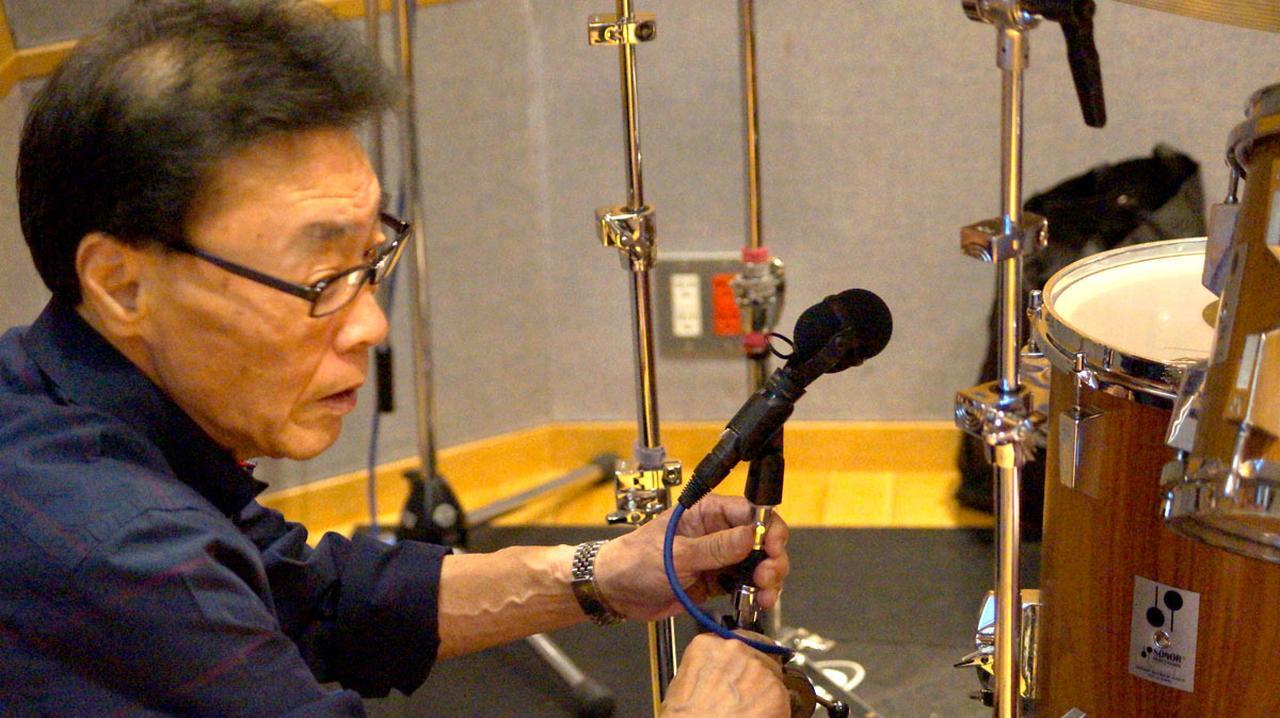 画像: レコーディング準備では、内沼さん自ら入念にマイクセッティングを行なっていた