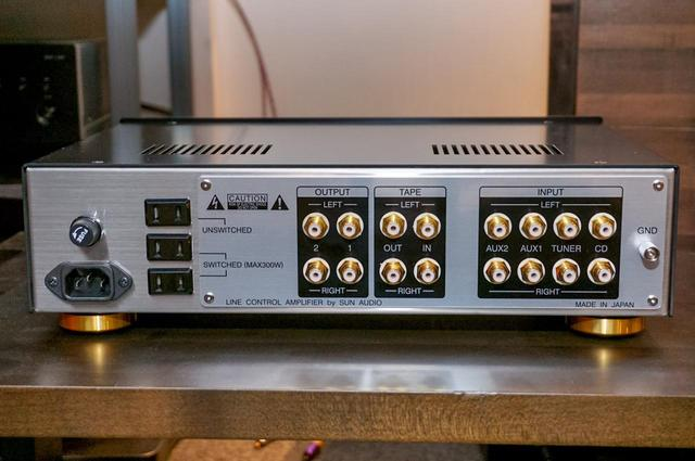 画像: リアパネル。端子は左からライン(プリ)出力2系統、TAPE入出力、ライン入力4系統の順で並ぶ